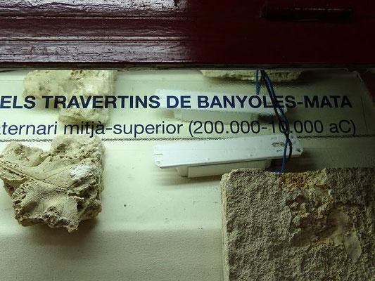 Das Gestein besteht aus Travertit, eine Kalkablagerung von Quellen