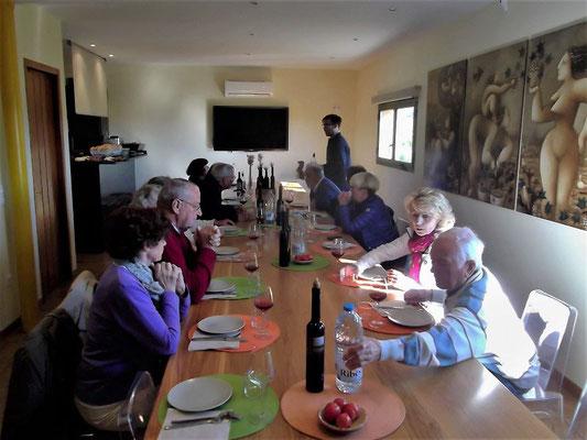 Beim Frühstück (regionale Produkte) und der Weinverkostung