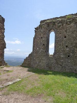 An dem Fenster wird der gotische Stil der Burg deutlich