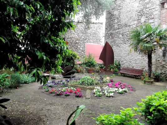 Geschmückter Brunnen des Innenhofes
