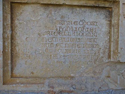 Ossoarium an der Kirchenwand mit Überresten eines Adligen Johannes von Torricella
