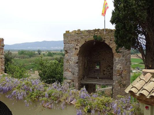 Blick vom Garten auf das Gallarda-Tor