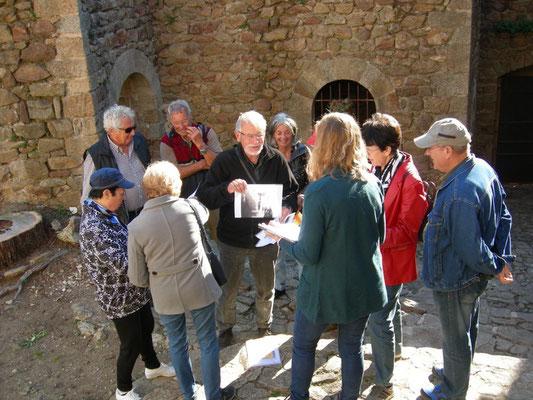 ...mit historischen Bildern wird der Neuaufbau der Burg gezeigt