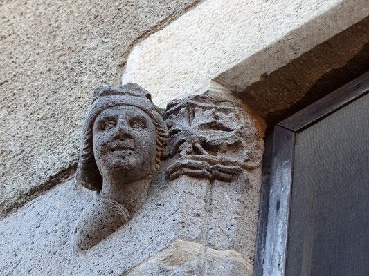 Figur mit Weinblatt an einem alten Haus