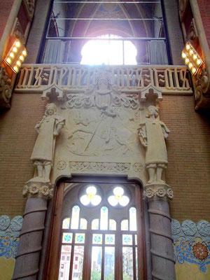 Eingang zur Sala d´Actes mit Drachentöter Sankt Georg, dem Schutzpatron Kataloniens. Im Geländer die Weiheinschrift