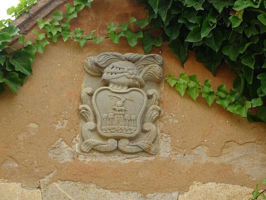 Das Wappen der Familie an einem Tor