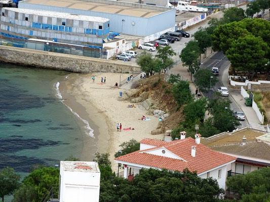 ...auf einen kleinen Badestrand vor dem Hafen