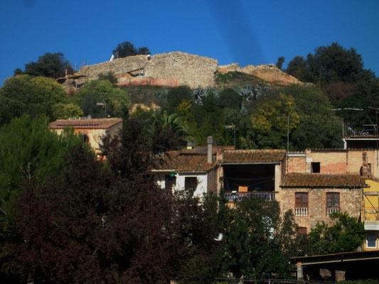 Über dem Dorf die Burgruine