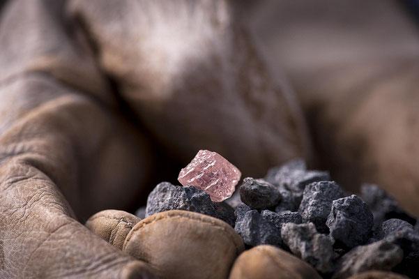 Dies ist der größte pinkfarbenen Rohdiamant, der in Australien gefunden je wurde (Bild: © www.riotinto.com - https://farm4.staticflickr.com/3908/14487142823_86f15a1ac7_o.jpg)