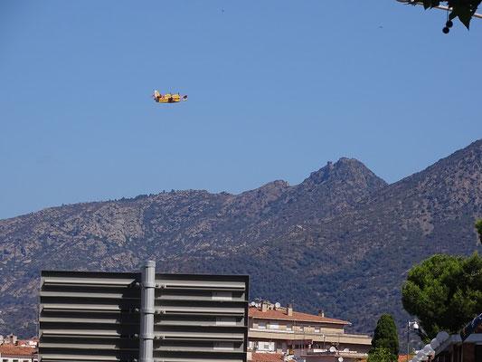 ...und fliegt über Sant Salvador dem Brandgebiet zu