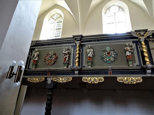 Die Adelssitze der Familien Ruck und Campen in der Kirche mit Wappen