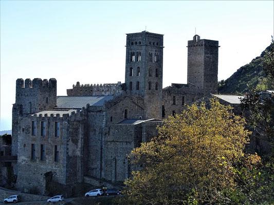 Die Eingangsfront des Klosters wird von Glocken- und Wehrturm überragt