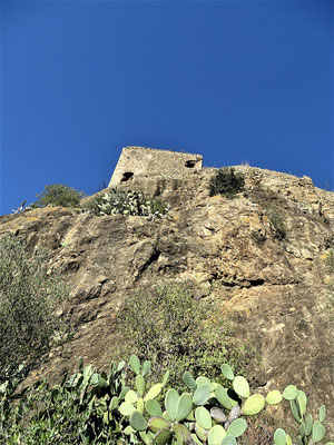 An dieser Wand des Burgberges suchte Hendrik nach dem Eingang zu den legendären Höhlen, in denen Gralsfeiern stattgefunden haben sollen