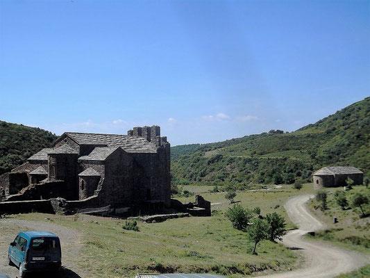 Umgeben von Bergen, in einer Talsenke, liegt das ehemalige Kloster, dessen Gründung auf karolingische Zeiten zurückgeht. Im 14. Jh. wurde es befestigt.