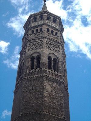 Mudéjar-Kirchturm in der Stadt