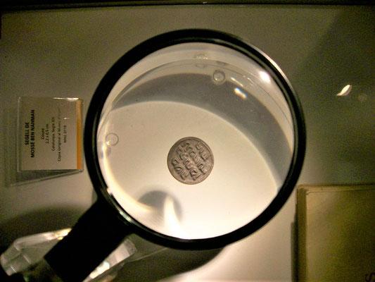 Siegel des Nachmanides (Nachbildung - Jüd. Museum) Text: Moses, Sohn des Rabbi Nachman, aus Girona, hat Mut