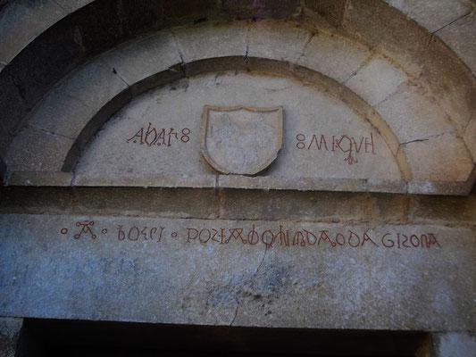 Inschriften über dem Eingangsportal (oben: Abbas Miquel...)