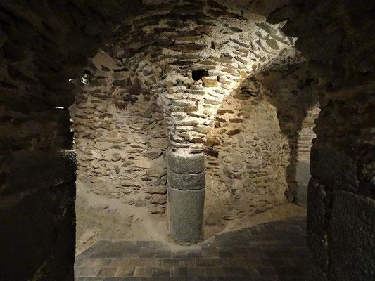 Die Krypta unter dem Altarraum. War hier die Einsiedlerhöhle des legendären Sergius Paulus? Führte das Loch über dem Pfeiler zu den Reliquien?