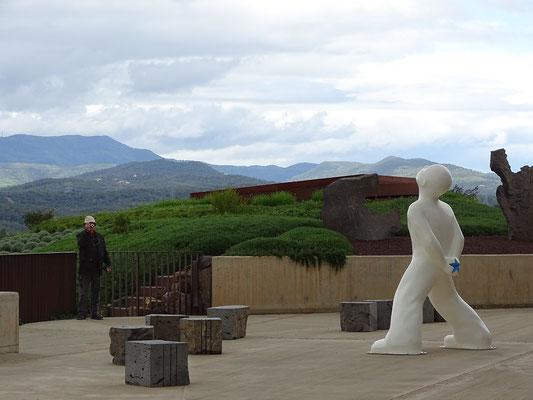 Blick von einer Terrasse mit Skulptur von Robert Llimós
