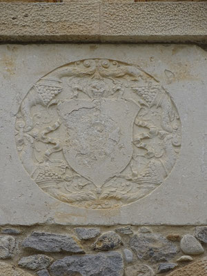 Wappen am Can Miquelò (zeigt unter anderem: Füllhörner mit Weintrauben - zeigt wodurch die Besitzer reich wurden!)