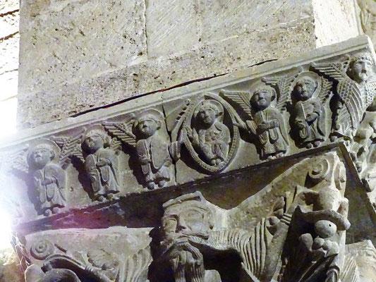 Auf der anderen Seite Christus in der Mandorla und Apostel