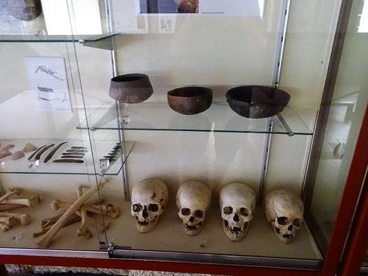 Funde aus Bestttungshöhlen bei Martís (Bronzezeit), als die Menschen schon seßhaft waren