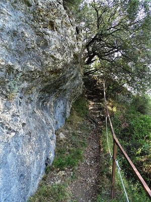 ...über Treppen auf einen Felsensteig