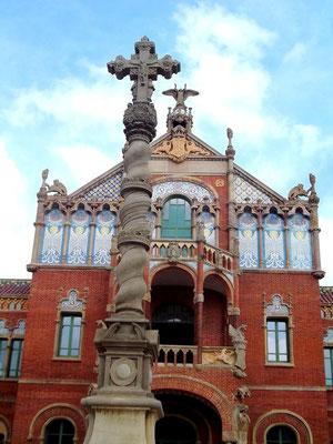Blick auf das Chirurgiehaus - im Vordergrund das Kreuz, das an das alte Hospital Santa Creu erinnert