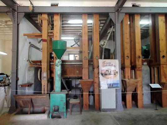 Hier die große Maschine, die den Reis aufbereitete. Heute wird mit moderneren Anlagen gearbeitet