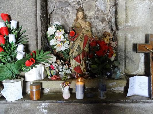 ...mit ihrer Blumen geschmückten Marienfigur
