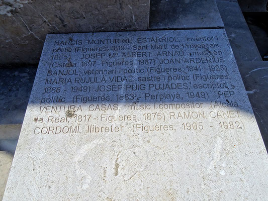 """Die """"illustren Männer"""" von Figueres (Tafel unter der Gedenkhalle). Außer dem Komponisten Pep Ventura werden Politiker genannt. Weder die López Rodríguez noch Dalí erscheinen hier."""