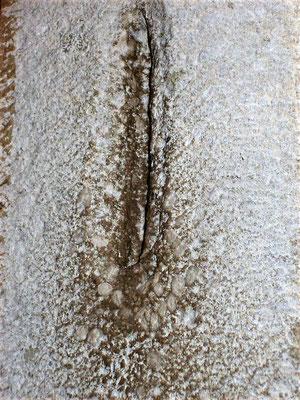 Einschnitt an Mauerstein für Aufnahme einer Mesusa