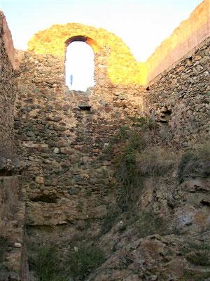 Blick in einen Bereich im Inneren der Burg, der wohl Kapelle war. Im Hintergrund der (vermutliche) Glockenstuhl