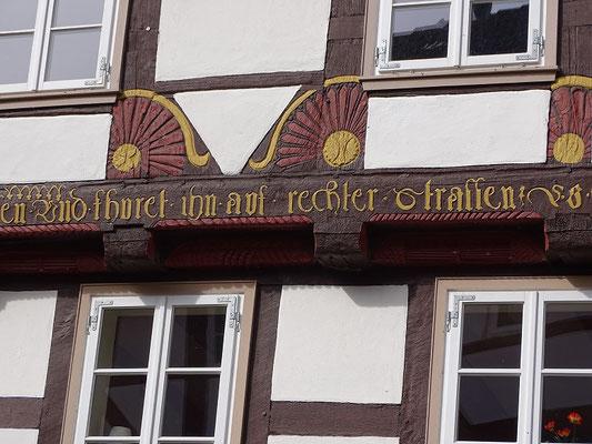 Vielleicht las der König den Spruch an diesem Haus: ...Und fhuret ihn auf rechter Strassen.