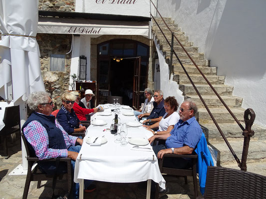 Essen im Freien, im Sonnenschein und mit dem Blick auf´s Meer