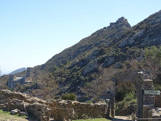 Blick von den Ruinen des  Klosterdorfes Santa Creu de Roda auf Kloster und Burg