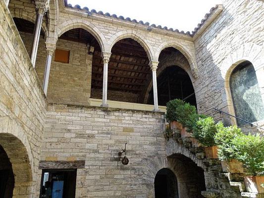 Blick in den Innehof mit einer Galerie, wie sie typisch für katalanische Paläste sind