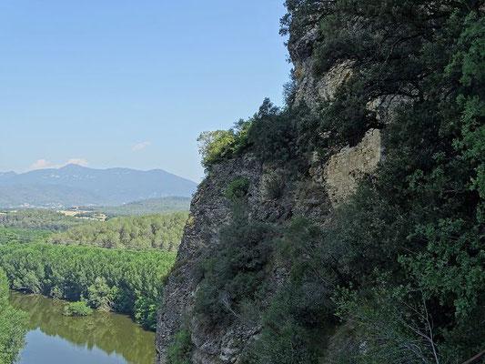 Blick vom Tal hinauf zum Felsen der Höhlenkirche