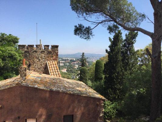 Ausblick (über einen der Nebengebäude des Schlosses)