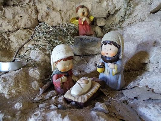 """Jemand hat im Altarraum eine """"Krippe"""" auf den Felsen gestellt"""