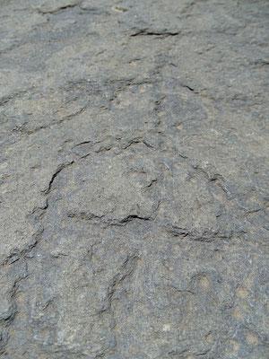 Auf manchen Dolmen sind menschengestaltige Kreuze eingeritzt