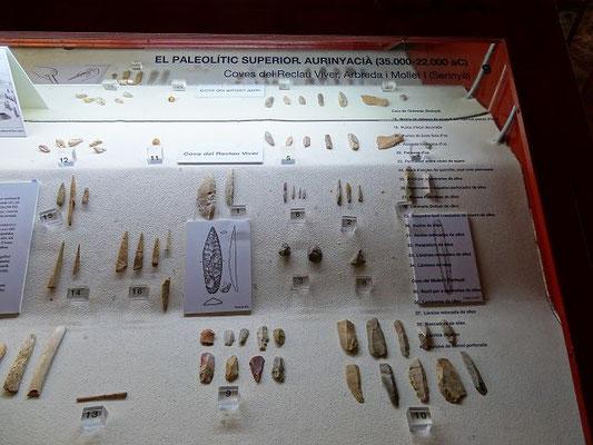 Banyoles mit dem See und seine Umgebung wurde seit Urzeiten von Menschen aufgesucht. Hier Funde aus der mittleren Steinzeit, die in den Höhlen bei Serinyà ausgegraben wurden