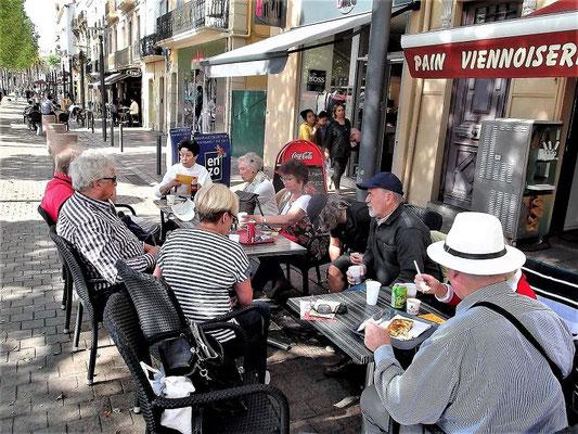 Nach Ankunft in Perpignan erfrischen wir uns in einem Straßencafé...