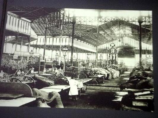 Auf dem Vorfeld der niedergelegten Zitadelle wurde El Born als älteste Markthalle in Stahlbauweise errichtet, später war sie Markhalle für Früchte und Gemüse - hier vor Marktbeginn
