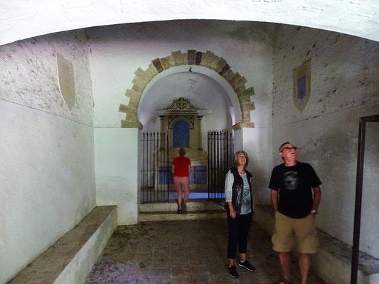 Das Innere der Kapelle, in der uns Fledermäuse begrüßen