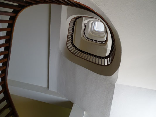 Treppe im Hotel (Blick von oben)