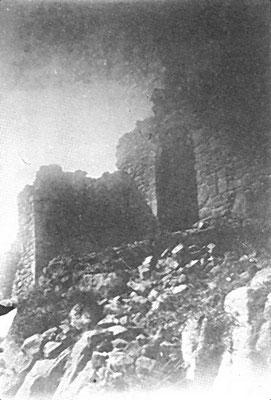 Requesens - ein Tor vor dem Wiederaufbau (wikimedia)