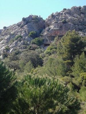 Oben im Fels die Höhle Arago