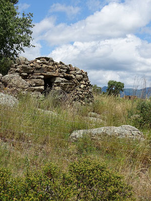"""Dies ist eine """"Barraca"""", ein Steinhäuschen, in dem die Bauern und Hirten Schutz suchten und ihre Geräte aufbewahrten"""