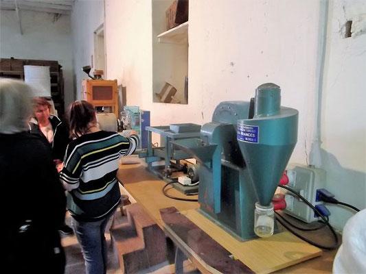 An einem Modell erklärt die Führerin die Bearbeitung der Reiskörner